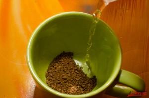 Заваривать кофе