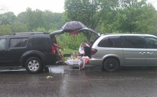 В дождь на пикнике - главное иметь правильную дверцу багажника