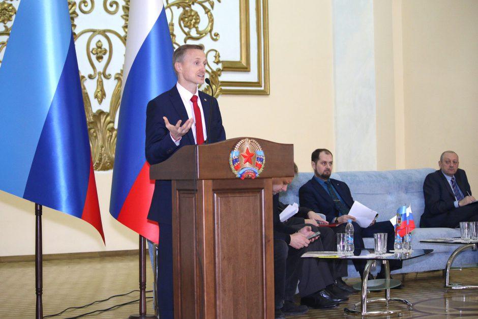 Александр Усанин выступает с докладом на форуме Русский Мир