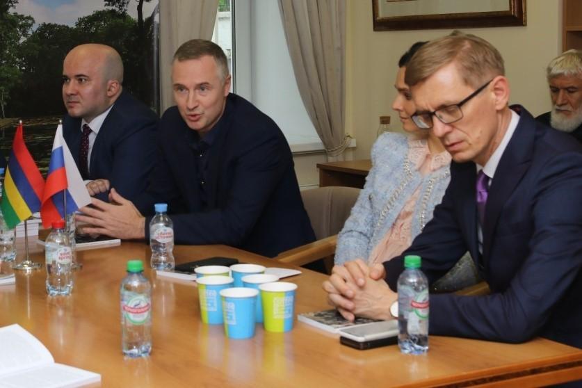 Андрей Антонов, президент академии управления будущим и Леонид Исаев, адвокат